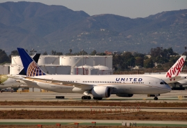 United Boeing 787 Dreamliner taxiing at LAX